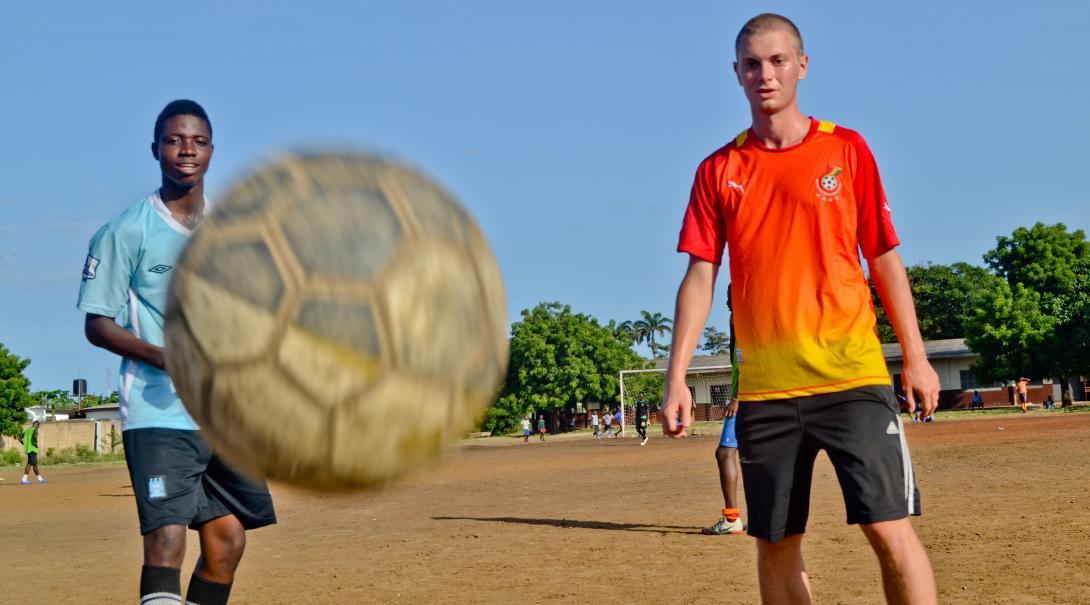 Partido entre voluntarios y jugadores en Ghana.